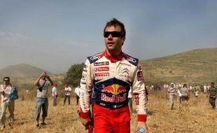 Pour une fois, c'est Sébastien Loeb qui fait du stop après la sortie de route de sa Citroën, au rallye de Grèce. Une image collector. Le 13 juin 2009.