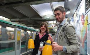 Chaque lundi matin, Lorine et Geoffrey distribuent le café et le thé sur la ligne 1 du métro. «Juste comme ça, par envie de mettre la bonne humeur».