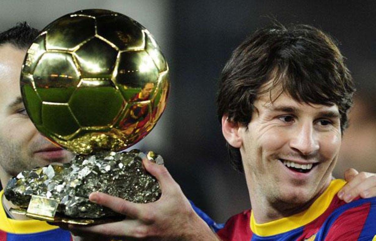 Le Barcelonais Lionel Messi avec son Ballon d'or, le 12janvier 2011, au Camp Nou. – Manu Fernandez/AP/SIPA