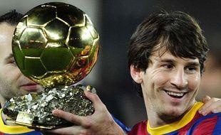 Le Barcelonais Lionel Messi avec son Ballon d'or, le 12janvier 2011, au Camp Nou.