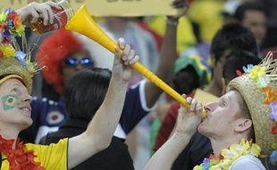 Des supporters brésiliens utilisent une vuvuzela pour boire de la bière pendant le match Brésil-Portugal à Durban, Afrique du sud, le 25 juin 2010.