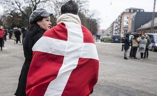 Un homme porte le drapeau danois à Copenhague, après les attaques qui ont endeuillé la ville le 14 février 2015.