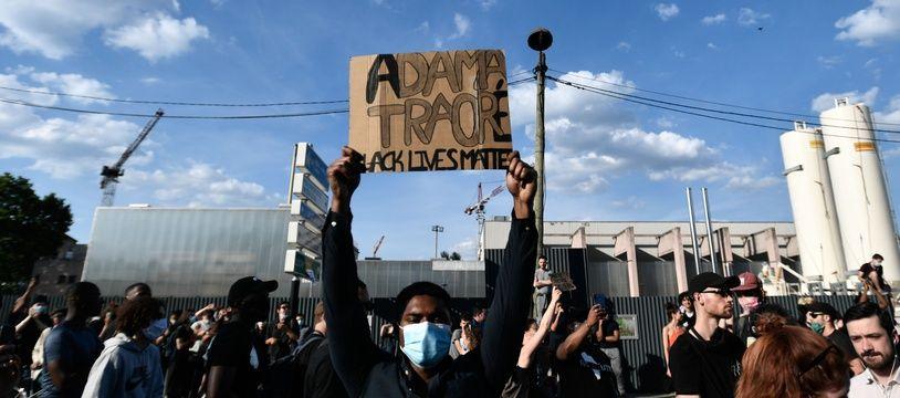Une protestation à Paris contre les violences policières, dans le cadre de l'affaire Adama Traoré.
