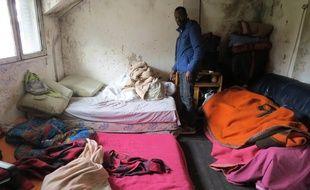 Les migrants dorment sur des matelas au sol, dans des pièces humides et non chauffées.