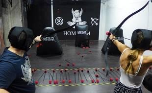 Flèches en mousse, casques et protections sont obligatoires pour jouer à l'archery fighting.