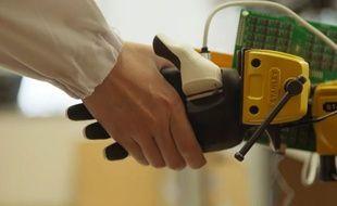 Les chercheurs ont placé la peau artificielle sur une prothèse de main pour la tester.