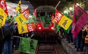 Manifestation de cheminots à l'arrivée du train privé Thello en gare de Lyon, à Paris, le 12 décembre 2011.