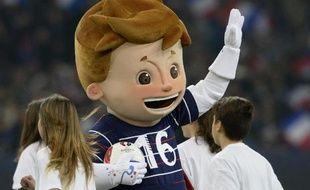 La mascotte de l'EURO-2016 dévoilée par l'UEFA donne le coup d'envoi du match France-Suède en amical, le 18 novembre 2014 à Marseille