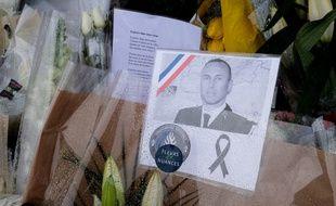 Un hommage anonyme rendu à Arnaud Beltrame devant la gendarmerie de l'Aude.
