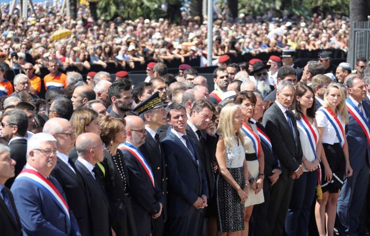 Manuel Valls lors de la minute de silence en hommage aux victimes du 14 juillet à Nice – VALERY HACHE / AFP