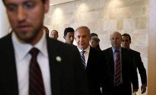 Après le règlement d'un ultime désaccord avec ses partenaires de coalition, le Premier ministre israélien Benjamin Netanyahu s'apprêtait vendredi à signer un accord de gouvernement dont il sort affaibli, à quelques jours d'une visite du président américain Barack Obama.