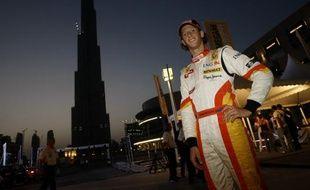 Romain Grosjean, pilote de Formule 1 chez Renault, pose près de la  Tour de Dubaï le 10 avril 2009.