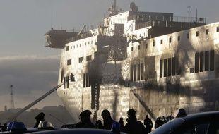 """Le ferry Norman Atlantic, dont l'incendie a fait au moins 13 morts et un nombre indéterminé de """"disparus"""", est amarré le 2 janvier 2015 dans le port de Brindisi, dans le sud de l'Italie."""