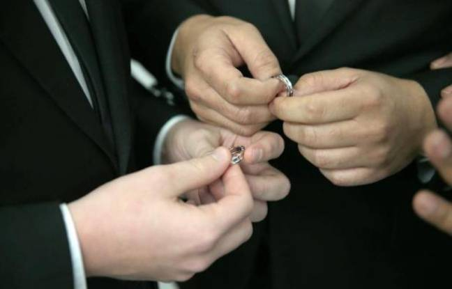 Un couple homosexuel s'échange des alliances lors d'une céremonie de mariage à Fort Lauderdale, en Floride, le 6 janvier 2015