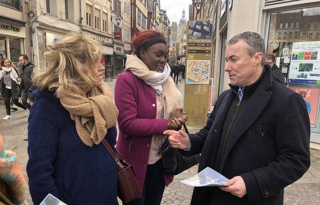 Jean-Louis Louvel, candidat soutenu notamment par LREM et LR, tracte sur la place du marché.