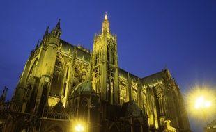 Il escalade la cathédrale de Metz, dort au sommet d'une grue et voyage sur le toit d'un bus.