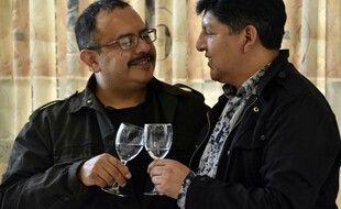 Le premier couple d'homme légalement reconnu de Bolivie, David Aruquipa et Guido Montano.