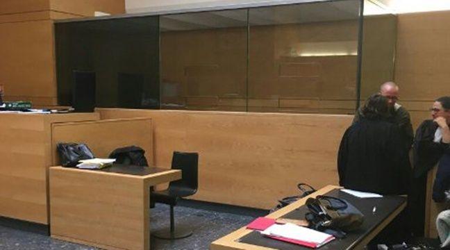 box vitr s en salle d 39 audience un homme pr sum innocent peut il compara tre dans une cage de. Black Bedroom Furniture Sets. Home Design Ideas