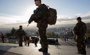 Illustration de militaires français participant à l'opération Sentinelle à Paris, le 16 novembre 2015.