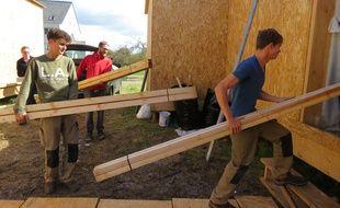 Le chantier devrait s'achever dans un mois pour les trois étudiants, bien aidés par leurs amis.