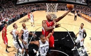 Lamar Odom va au tir lors du match des Los Angeles Clippers contre les San Antonio Spurs le 19 novembre 2012.