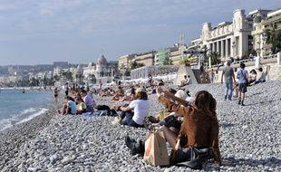 Des touristes sur la plage de Nice en septembre 2013.