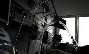Illustration : Un patient atteint du Covid-19 hospitalisé en réanimation à l'hôpital Louis Mourier de Colombes, le 9 novembre 2020.