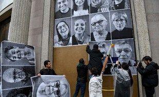 Les portraits des 150 participants à la convention citoyenne pour le climat affichés sur les murs du Cese (Conseil économique, social et environnemental) en mars 2020.