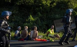 Dix-sept personnes ont été interpellées et placées en garde à vue, et quatre policiers ont été légèrement blessés vendredi soir à Urrugne (Pyrénées-Atlantiques)