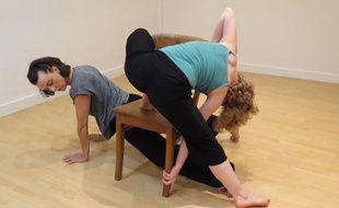 Marjolaine, danse-thérapeute et membre de l'association française de l'Eczéma guide Julie dans cet atelier de danse-thérapie.