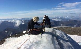Gunhild Ninis Rosqvist réalise des mesures sur le plus haut sommet de Suède, le 31 juillet 2018.