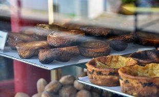 Illustration de gâteaux bretons. Le far au premier plan et le kouign amann en arrière-plan.