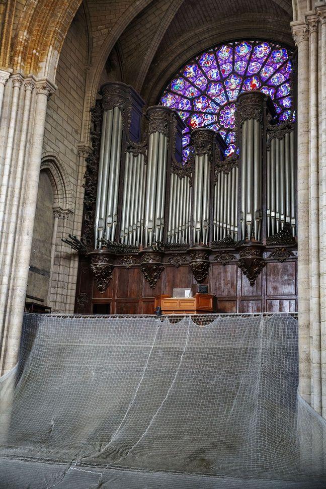 Le grand orgue et la rosace ouest, intacts.