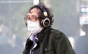 Une personne portant un masque à Paris. (Illustration)