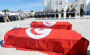 """Un gendarme tunisien et entre """"deux et quatre terroristes"""" ont été tués dans des affrontements qui ont débuté lundi après-midi à Raoued, dans la grande banlieue de Tunis, a indiqué mardi le porte-parole du ministère de l'Intérieur à l'AFP."""