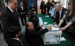 Le président Abdelaziz Bouteflika vote en fauteuil roulant le 17 avril 2014 à Alger