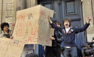 Des élèves du Lycée Condorcet, à Paris, mardi 12octobre. Ils protestent contre la réforme des retraites.
