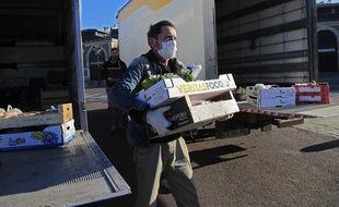 Un livreur charge de la nourriture dans un camion à Versailles.