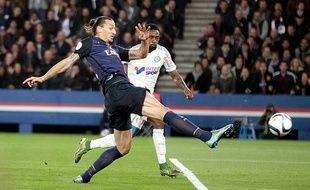 Zlatan Ibrahimovic et Nicolas Nkoulou lors du match entre le PSG et l'OM le 4 octobre 2015.