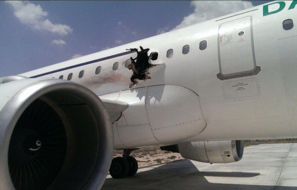 La carlingue d'un avion de la compagnie Daallo Airlines percée par une explosion, le 2 février 2016 à Mogadischio (Somalie). – Twitter Harun Maruf