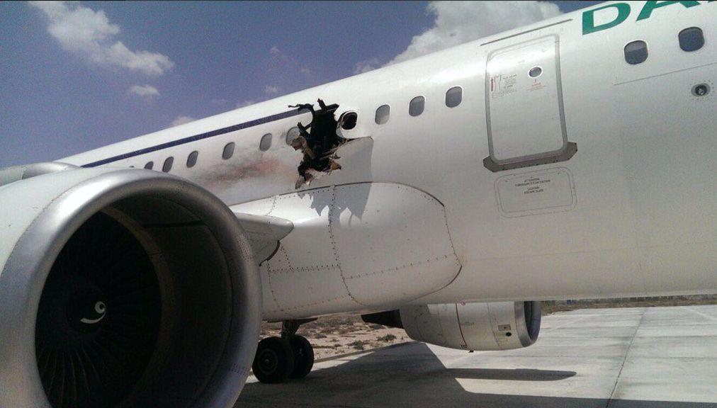 somalie une explosion troue le fuselage d 39 un avion au d collage. Black Bedroom Furniture Sets. Home Design Ideas