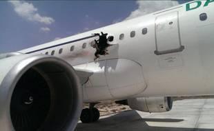 La carlingue d'un avion de la compagnie Daallo Airlines percée par une explosion, le 2 février 2016 à Mogadischio (Somalie).