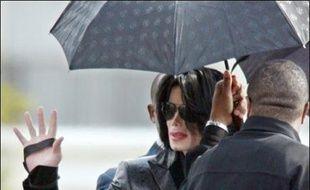 Le chanteur américain Michael Jackson a accepté de régler 256.000 dollars à ses anciens avocats, avec lesquels il était en litige depuis un an et demi, a-t-on appris lundi de source judiciaire à Los Angeles.