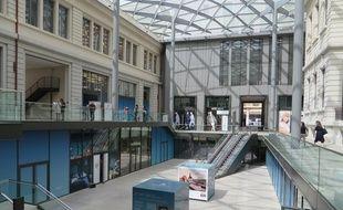 Depuis l'ouverture vendredi dernier, les promeneurs et les touristes déambulent dans les galeries du Grand Hôtel-Dieu à Lyon.