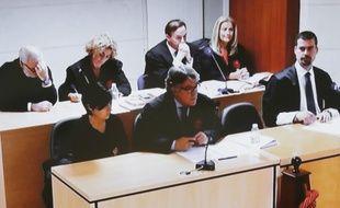 Photo de Alfonso Basterra et Rosario Porto, les parents reconnus coupables de l'assassinat de leur fille adoptive en 2013, le 30 octobre 2015 au tribunal de Saint-Jacques de Compostelle.