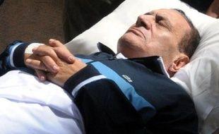 Le président égyptien déchu Hosni Moubarak est arrivé mercredi matin à bord d'une ambulance pour une nouvelle session de son procès au Caire, qui reprend après trois mois sans audiences.