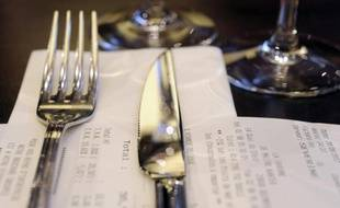 Une fourchette et un couteau sur une table de restaurant (photo d'illustration)