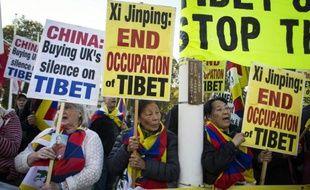 Des manifestants pro-Tibet libre protestent contre la venue du président chinois, à Parliament Square, à Londres, le 20 octobre 2015
