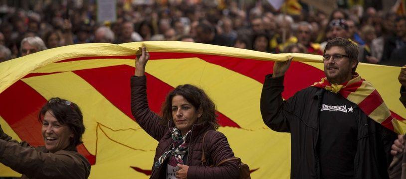 """Entre mille et deux mille personnes ont manifesté dans les rues de Perpignan pour réclamer un statut spécial pour les Pyrénées-Orientales et soutenir les """"prisonniers politiques"""" en Catalogne du sud."""