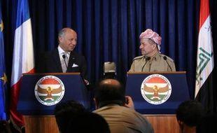 Le ministre français des Affaires étrangères Laurent Fabius (g) et le président du Kurdistan irakien Massoud Barzani lors d'une conférence de presse conjointe, le 10 août 2014 à Erbil